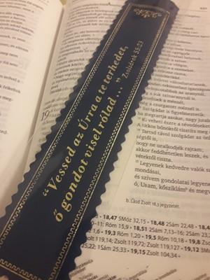 Aranyozott bőr könyvjelző Vessed az Úrra a te terhedet (sötétkék)